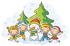 Schneemann und Kinder an einem Wintertag Stockbild