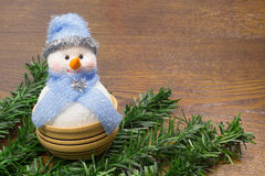 Schneemann- und Weihnachtsbaumaste auf einer Tabelle Stockbilder