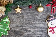 Schneemann- und Weihnachtsbaumplätzchen mit Tanne verzieren mit ornamen Lizenzfreie Stockbilder