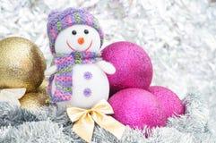 Schneemann- und Weihnachtsdekorationen mit Weihnachtsbällen Stockfotografie