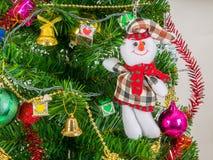 Schneemann und -Zubehör verziert mit Weihnachtsbaum Stockfoto