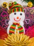 Schneemann und -Zubehör verziert mit Weihnachtsbaum Stockbild