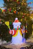 Schneemann unter Baum mit Spielzeugverzierungen Lizenzfreie Stockfotos