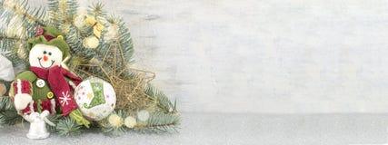 Schneemann unter einem Tannenzweig Lizenzfreies Stockfoto