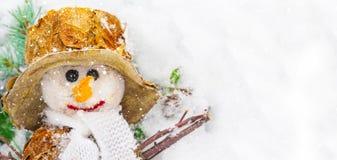 Schneemann vor Tanne im Schnee, Panorama Stockfoto
