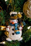 Schneemann-Weihnachtsdekoration auf einem Baum Stockfotografie