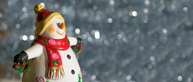 Schneemann-Zahl mit Geschenken auf Sparkly Hintergrund Stockfotografie