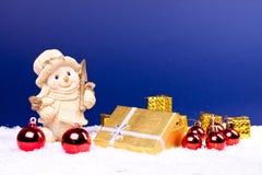 Schneemannabbildung auf Schnee mit Weihnachtsverzierungen Lizenzfreies Stockfoto