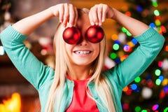 Schneemannfamilie, die den Weihnachtsbaum erhält Stockfotografie