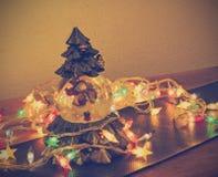 Schneemannkugel und Weihnachtslichter Lizenzfreie Stockfotografie