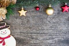 Schneemannplätzchen- und -weihnachtsbaum verzieren mit Verzierung Lizenzfreie Stockfotografie