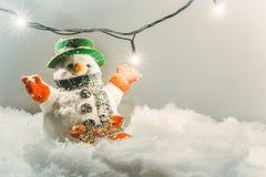 Schneemannstand im Stapel des Schnees Stockfoto