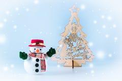 Schneemannstand nahe Weihnachtsbaum Lizenzfreie Stockfotografie