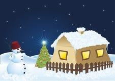 SchneemannWeihnachtsbaum und schneebedecktes Haus lizenzfreie stockfotografie