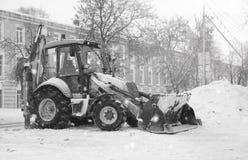 Schneemaschine mit einer Straßenstadt des Eimers im Freien Lizenzfreies Stockfoto