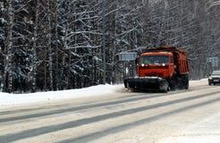 Schneemaschine säubert Schnee auf der Bahn im Winter lizenzfreie stockfotos