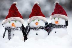 Schneemänner mit Weihnachtshüten Stockfotos