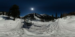 Schneemobil auf einer mondbeschienen Nacht auf der Straße in den Bergen Kugelförmiges Panorama 360 180 Stockfotografie