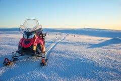 Schneemobil in einer schneebedeckten Landschaft in Lappland nahe Saariselka, Finnland Lizenzfreies Stockbild