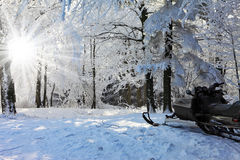 Schneemobil fahrung auf der Waldskibahn Stockfoto