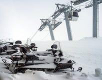 Schneemobil fahrung auf Parken in den Bergen Stockbild