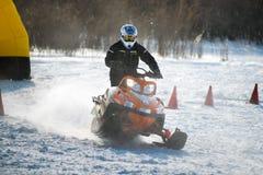 Schneemobil fahrung im Wettbewerbswintersprint 2014 Lizenzfreie Stockfotos