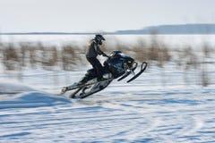 Schneemobil fahrung im Wettbewerbswintersprint 2014 Lizenzfreie Stockbilder