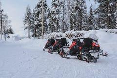 Schneemobil fahrung in Lappland - Finnland lizenzfreie stockfotografie