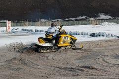 Schneemobil fahrung Reiter auf Sportbahn Stockbild