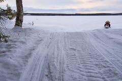 Schneemobil fahrung und Wald Stockfoto