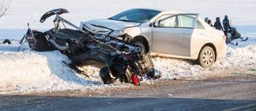 Schneemobil fahrung Unfall, Skidoofall auf Schnee Lizenzfreie Stockfotografie