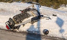 Schneemobil fahrung Unfall, Skidoofall auf Schnee Stockbilder