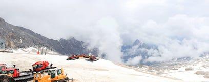 Schneemobil fahrung an Zugspitze-Berg Stockfotos