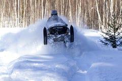 Schneemobil im tiefen Pulver mit hoher Geschwindigkeit Lizenzfreies Stockbild