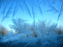 Schneemuster auf Winterfenster Stockfoto