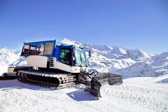 Schneepflegenmaschine auf dem Schneehügel bereit zur Ski fahrenden Steigung prepar Lizenzfreie Stockfotografie