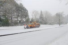 Schneepflug auf der Straße Stockfotografie