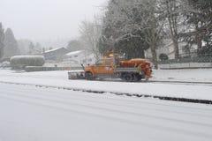 Schneepflug auf der Straße Stockfoto