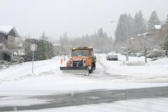 Schneepflug auf der Straße Stockfotos