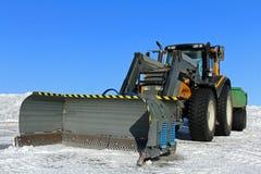 Traktor und Schnee-Pflug Stockfoto