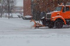 Schneepflug, der Abbau nach einem Blizzard tut Lizenzfreies Stockfoto