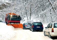 Schneepflug, der die Straße säubert lizenzfreies stockbild