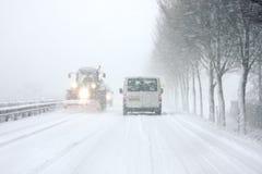 Schneepflug, der in Schneesturm in den Niederlanden antreibt Stockfoto