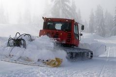 Schneepflug in der Tätigkeit Stockbilder