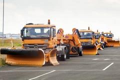 Schneepflug-LKWs, die auf Winter warten Lizenzfreie Stockbilder