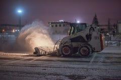 Schneepflug-Reinigungs-Straße Stockfotografie