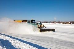 Schneepflug säubert eine Straße, die mit Eis bedeckt wird Stockbild