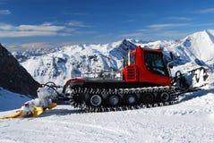 Schneepflug-Skiort Österreich Stockfoto