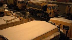 Schneepflugmaschinerie auf einer Stadtstraße LKW voll des Schnees Autos, die vorbei überschreiten abend Mit Audio stock video footage