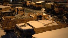 Schneepflugmaschinerie auf einer Stadtstraße LKW voll des Schnees Autos, die vorbei überschreiten abend Mit Audio stock video